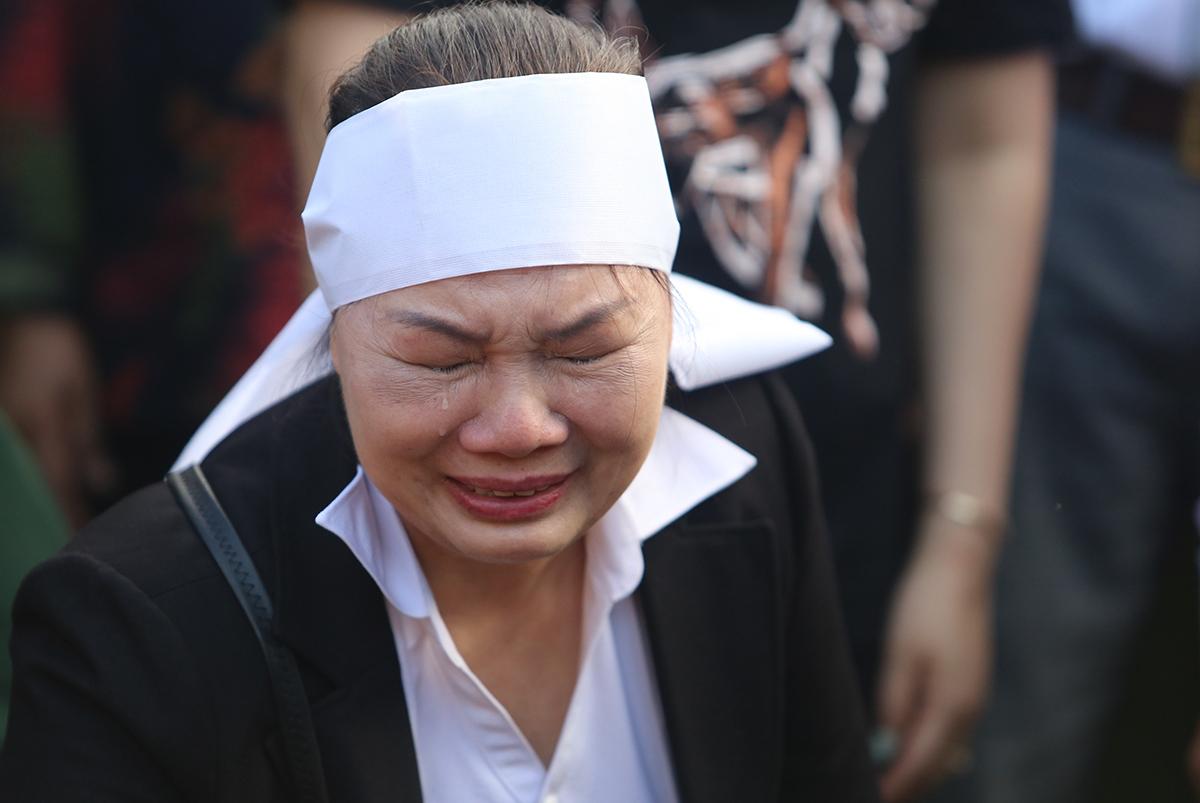 Bà Vũ Thị Điểm khóc nghẹn ngào khi an táng ngôi mô tập thể 17 liệt sĩ tại nghĩa trang huyện Phước Sơn. Ảnh: Đắc Thành.