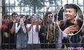 Đám trẻ reo hò nơi tòa xử Khá Bảnh