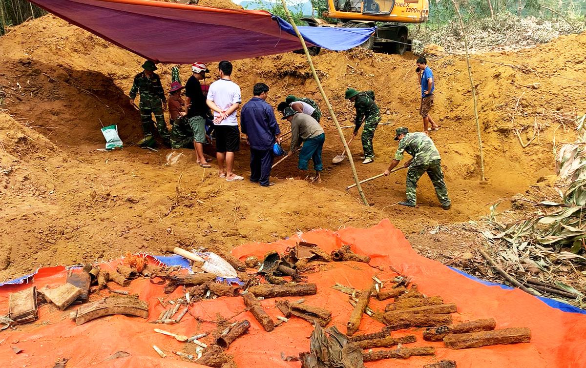 Lực lương quân sự huyện Phước Sơn khai quật tìm thấy hố chôn 17 chiến sĩ đặc công. Ảnh: Đắc Thành.