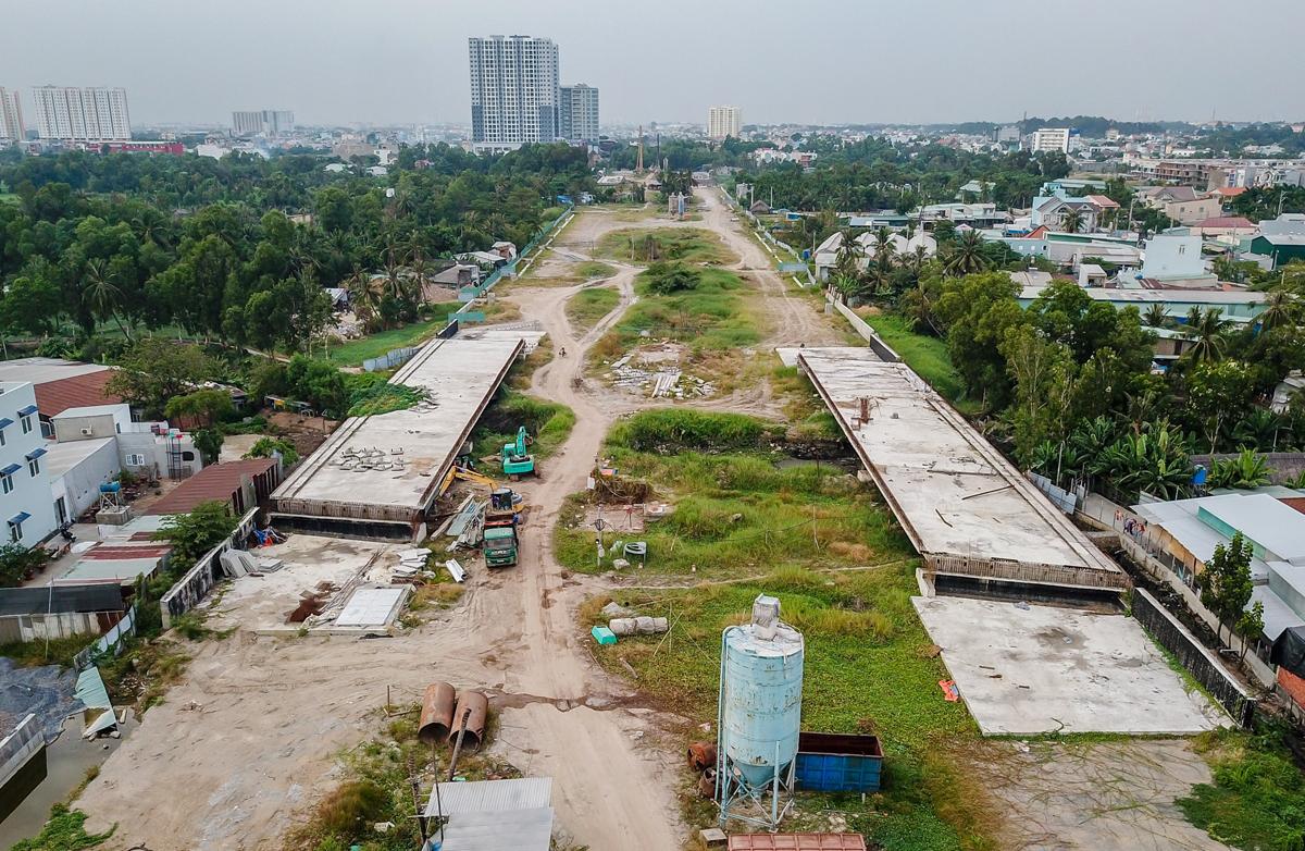 Vành đai 2 là tuyến đường bộ đô thị cấp một khép kín theo vòng tròn ở TP HCM, đang được xây dựng nhằm tạo trục giao thông ở các cửa ngõ phía Tây và Đông thành phố, hạn chế xe vào trung tâm. Ảnh: Quỳnh Trần.