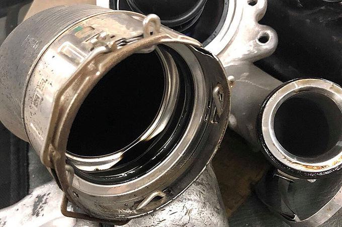 Dầu đọng trên cổ ống két làm mát khí nạp xe Ford Ranger. Ảnh: Văn An