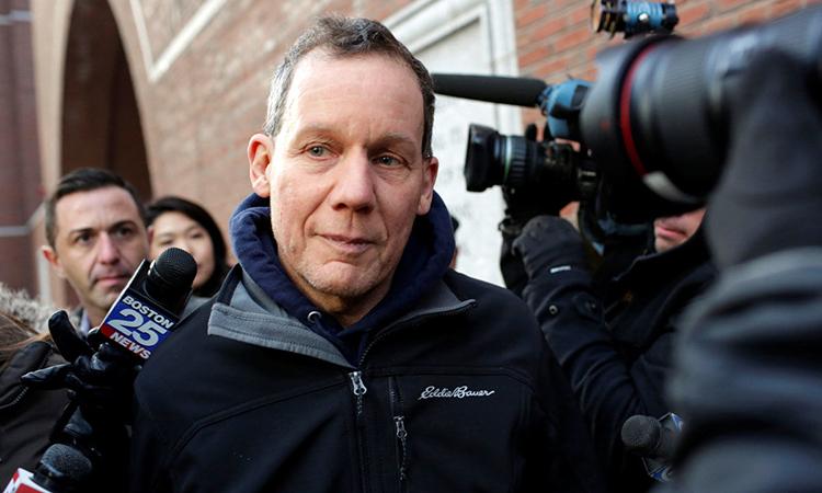 Charles Lieber rời phiên tòa ở Boston, bangMassachusetts,Mỹ, ngày 30/1. Ảnh: Reuters.