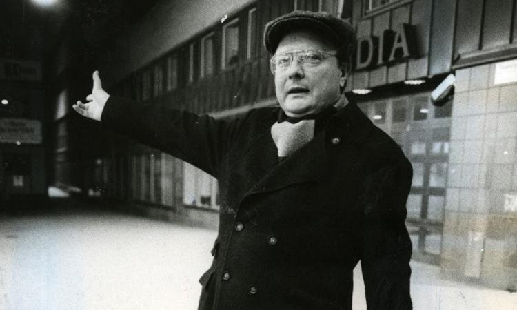 Stig Engstromđứng bên ngoài văn phòngSkandia ởStockholm tháng 4/1986. Ảnh: AFP.