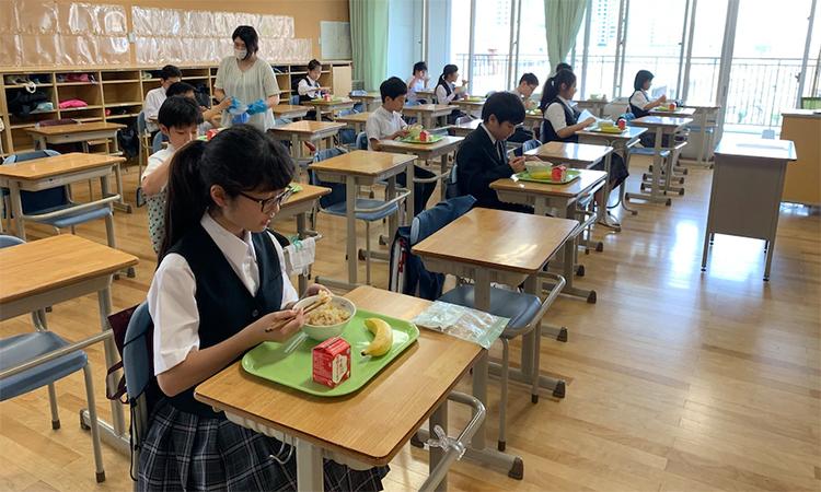 Học sinh dùng bữa trưa tại chỗ trong lớp của trường Hoyonomori Gakuen, khu Shinagawa, Tokyo, Nhật Bản, ngày 7/6. Ảnh: WP.