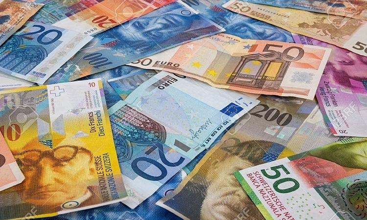 Đồng france Thụy Sĩ và Euro, hai loại tiền tệ được phép lưu hành ở Thụy Sĩ. Ảnh: 123RF.
