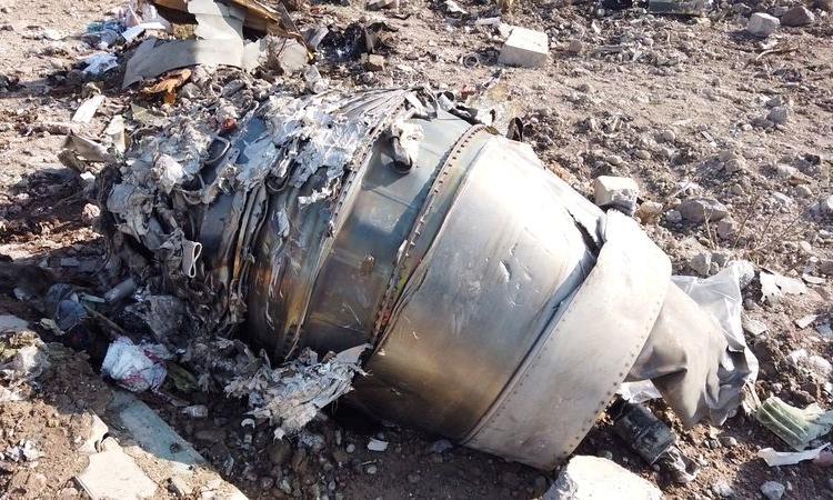 Mảnh vỡ máy bay Ukraine rơi ở Iran ngày 8/1. Ảnh: Reuters.