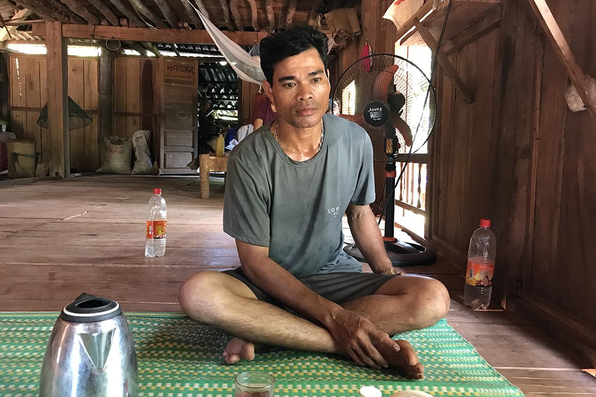 Ông Hồ Văn Hiếu nói ủng hộ 400 nghìn đồng tiền hỗ trợ Covid-19 cho cán bộ thôn. Ảnh: Hoàng Táo