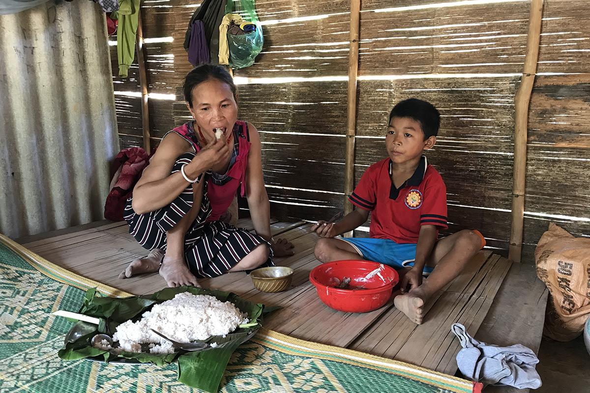 Chị Hồ Thị Liên cùng con trai dùng bữa trưa. Ảnh: Hoàng Táo
