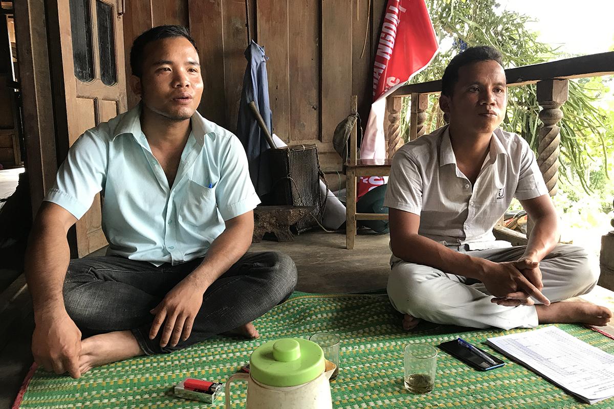 Ông Hồ Văn Mắt (trái) nói thôn gợi ý và người dân đồng ý việc thu tiền.Ảnh: Hoàng Táo