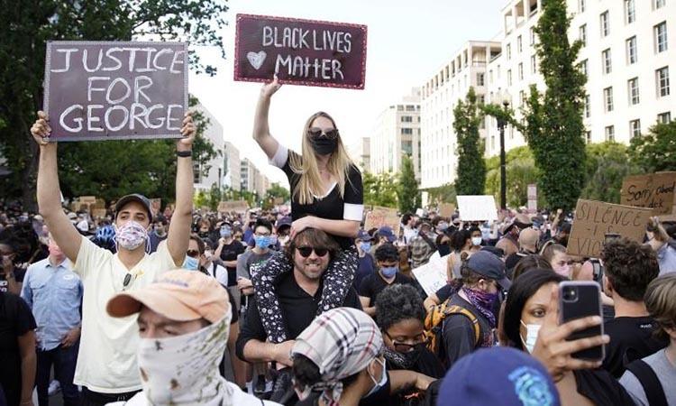 Người biểu tình đòi công lý cho George Floyd và bình đẳng cho người da màu, ở Washington D.C, Mỹ, hôm 2/6. Ảnh: Reuters.