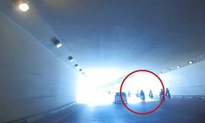 Ôtô tránh cô gái bị ngã xe trong hầm chui