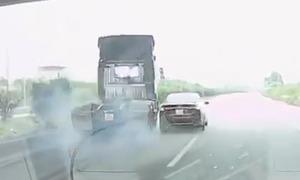 Ôtô 5 chỗ suýt gây tai nạn trên cao tốc