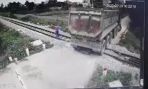 Xe tải suýt gây tai nạn khi vượt đường ray
