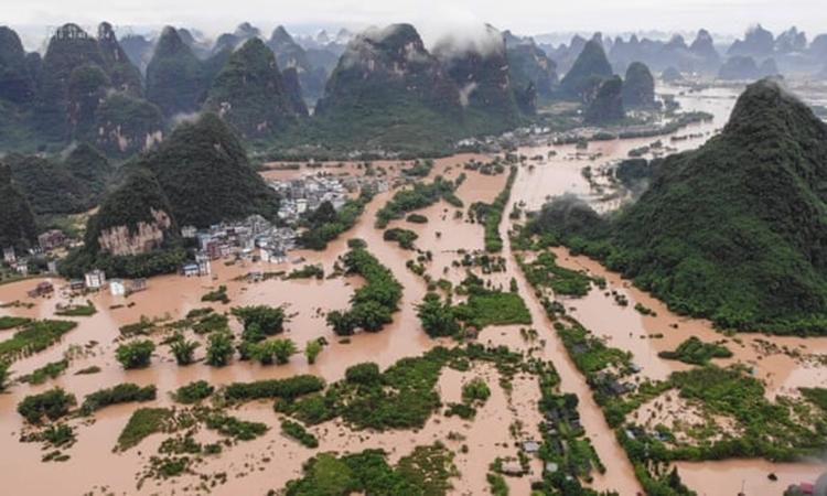 Huyện Dương Sóc, điểm du lịch nổi tiếng thuộc thành phố Quế Lâm, ngập trong nước lũ. Ảnh: AFP.