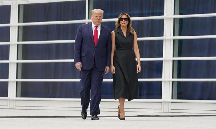 Tổng thống Mỹ Donald Trump (trái) và Đệ nhất Phu nhân Melania (phải) tới điện thờ St. John Paul II ở thủ đô Washington, Mỹ, ngày 2/6. Ảnh: Reuters.