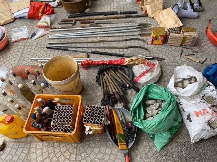 Hung khí thu giữ tại hiện trườnggồm pháo hoa, chai bia đựng xăng, lựu đạn, dao, kiếm các loại.Ảnh Công an cung cấp.