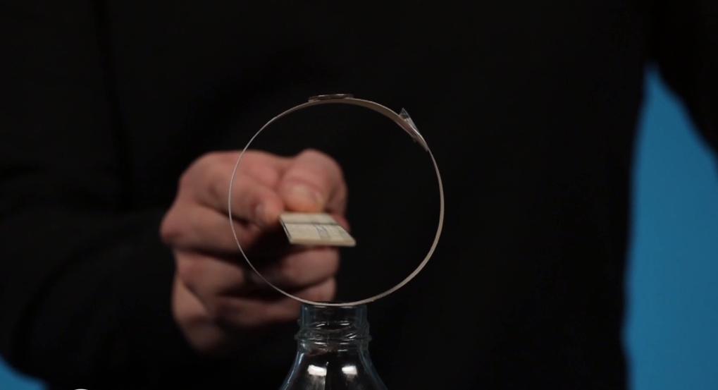 Thực hiện thí nghiệm Đồng xu trong chai.
