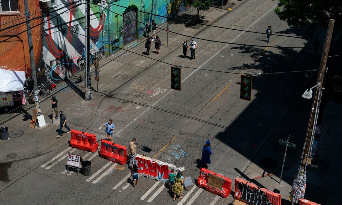 Rào chắn tại khu dân cư Capitol Hill, thành phố Seattle, Mỹ. Ảnh: NY Times.