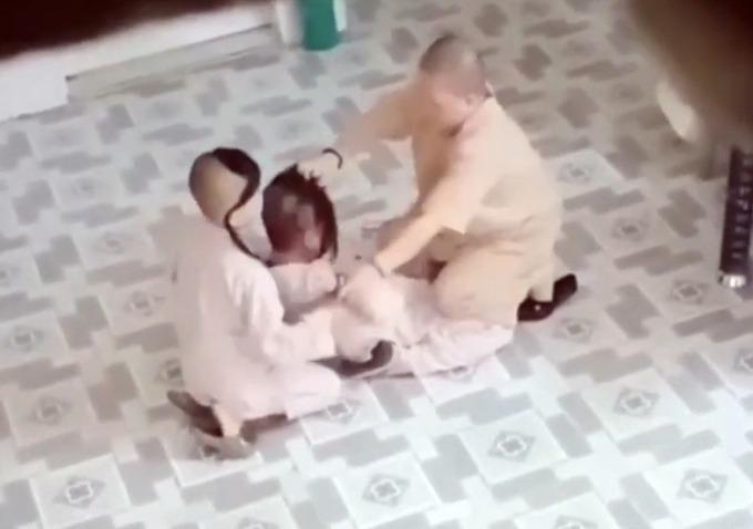 Sư cô Hạnh Thảo ghì tóc, tát vào má tiểu ni ở chùa Long Nguyên. Ảnh: Cắt từ video.