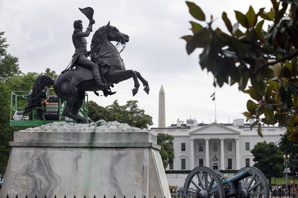 Công nhân vệ sinh tượng Tổng thống thứ 7 của Mỹ Andrew Jackson gần Nhà Trắng ở thủ đô Washington hôm 11/6. Ảnh: AP.