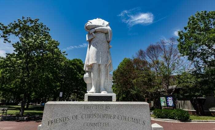 Tượng Columbus tạithành phố Boston, bang Massachusetts, Mỹ, bị mất đầu hôm 10/6. Ảnh: Reuters.