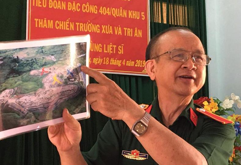 Ông Phạm Công Hưởng trong một lần hướng dẫn hồ sơ tìm kiếm mộ liệt sĩ cho Ban Chỉ huy Quân sự huyện Đăk Glei, Kon Tum. Ảnh: Nhân vật cung cấp.