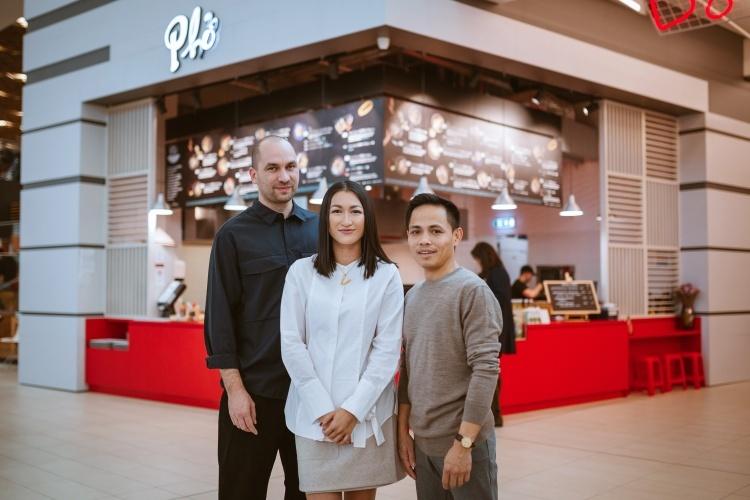 Thảo Hương cùng chồngJozef và anh họ Thắng Trần tại một nhà hàng Phở. Ảnh: Nhân vật cung cấp.