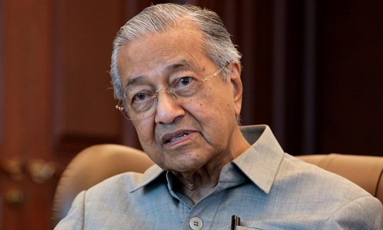 Cựu thủ tướng Malaysia Mahathir Mohamad trong một cuộc phỏng vấn ở Kuala Lumpur hồi tháng 3. Ảnh: Reuters.