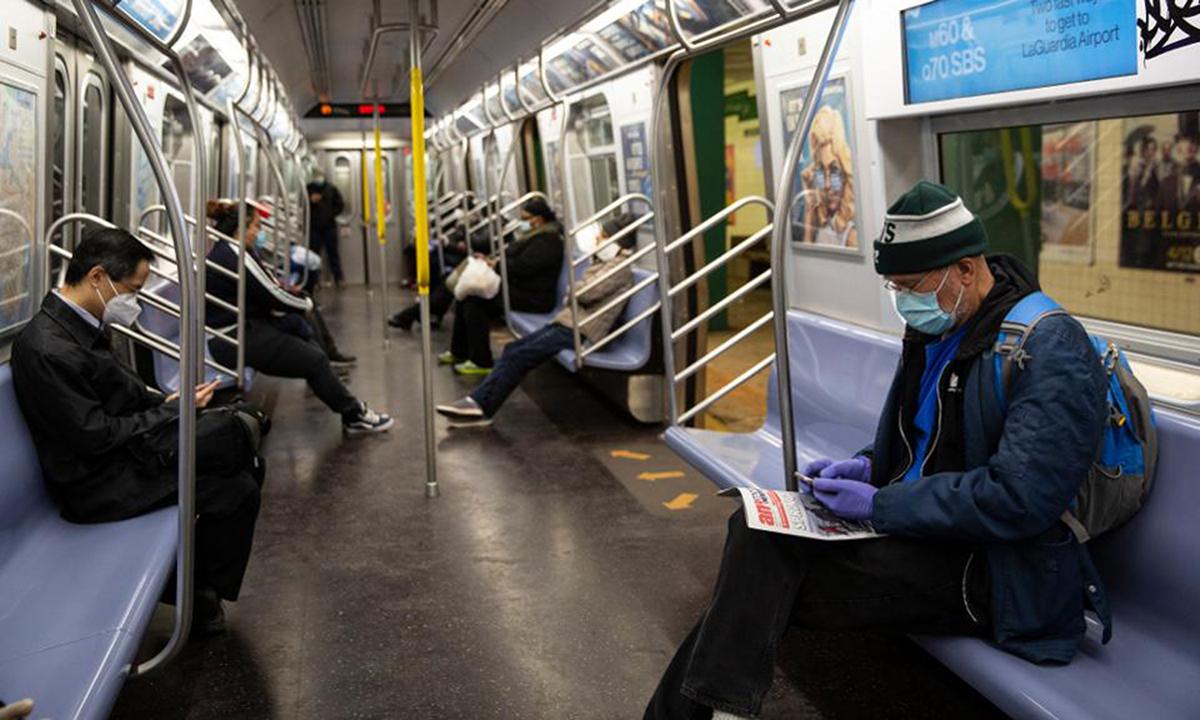 Hành khách đeo khẩu trang trên tuyến tàu điện ngầm ởBrooklyn, New York, hồi tháng 4. Ảnh:Bloomberg.