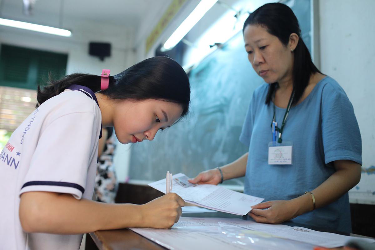 Thí sinh làm thủ tục dự thi THPT quốc gia năm 2019 tại điểm thi ở TP HCM. Ảnh: Thành Nguyễn.