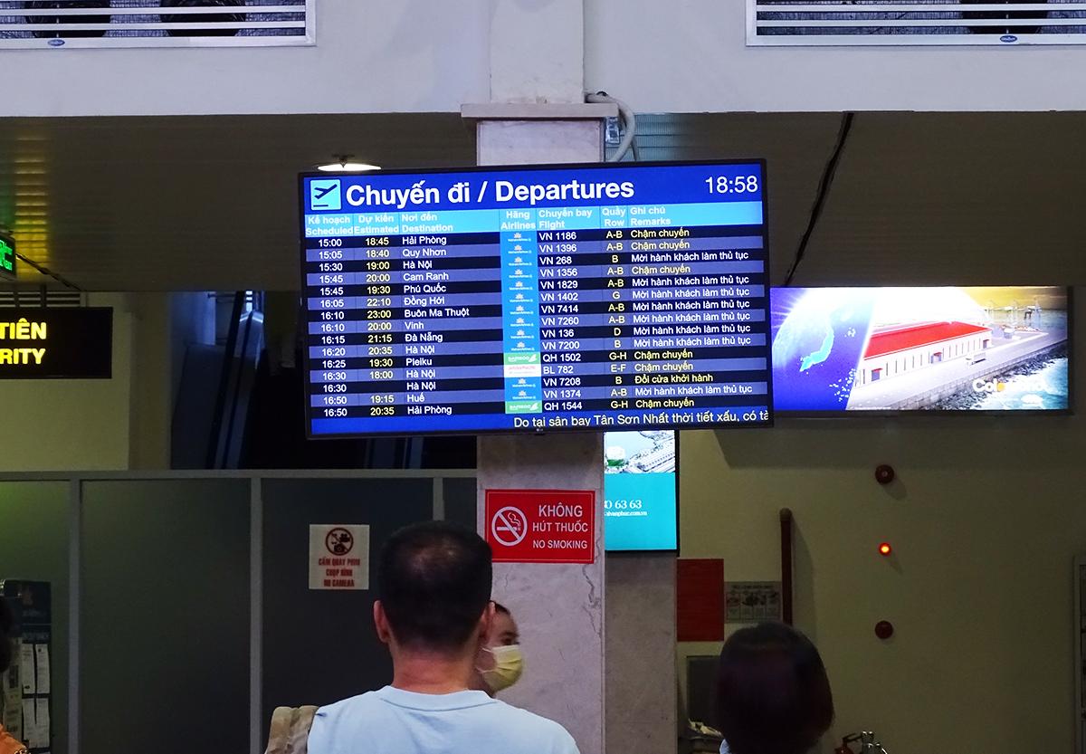 Bảng thông báo tại sân bay Tân Sơn Nhất tối 14/6 liên tục cập nhật tình hình các chuyến thay đổi lịch bay. Ảnh: Hà An.