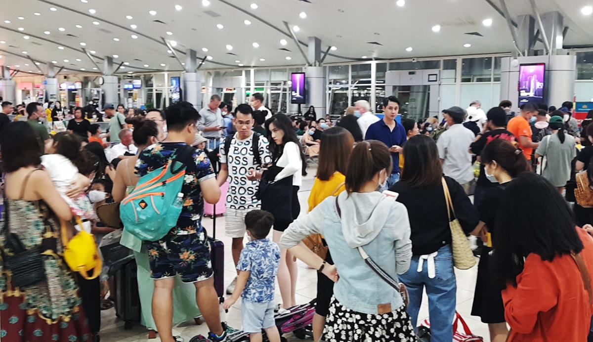 Hành khách đang chờ lên các chuyến bay tại sân bay quốc tế Cam Ranh, Khánh Hòa, tối 14/6. Ảnh: An Phước.