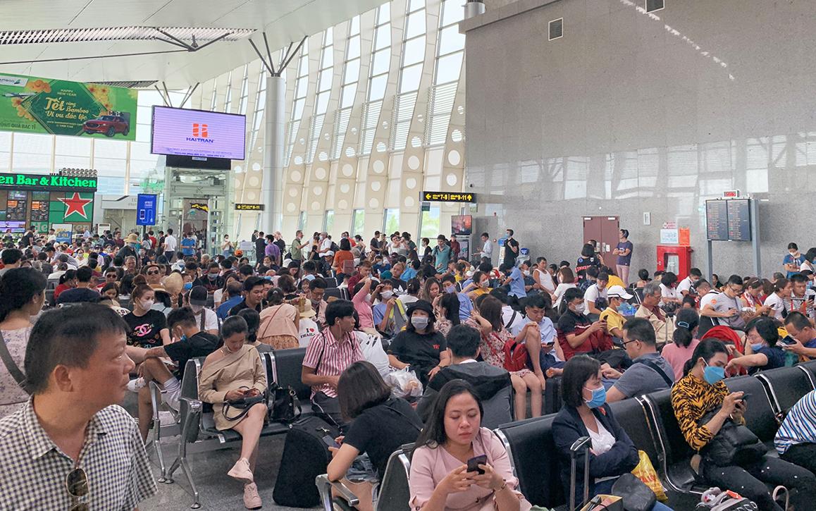 Do bị trễ chuyến nên nhiều hành khách phải chờ đợi tại sân bay Đà Nẵng. Ảnh: Công Hồng.