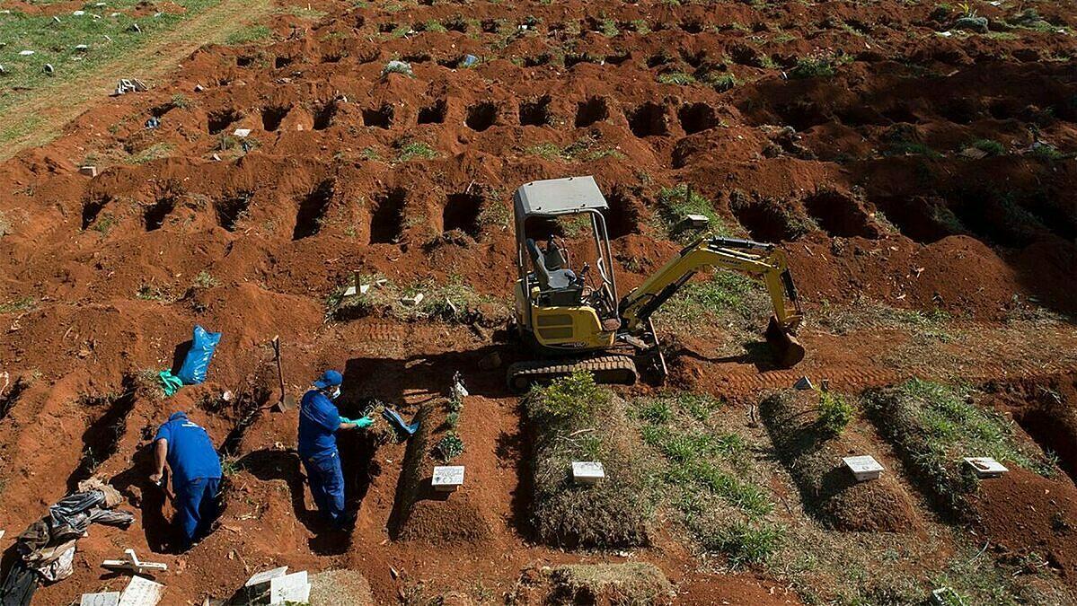 Một nhân viên nghĩa trang thu thập hài cốt vào túi ở nghĩa địa Vila Formosa, nơi không thu phí chôn cất của người dân, tại Sao Paulo, Brazil, hôm 12/6. Ảnh: AP.