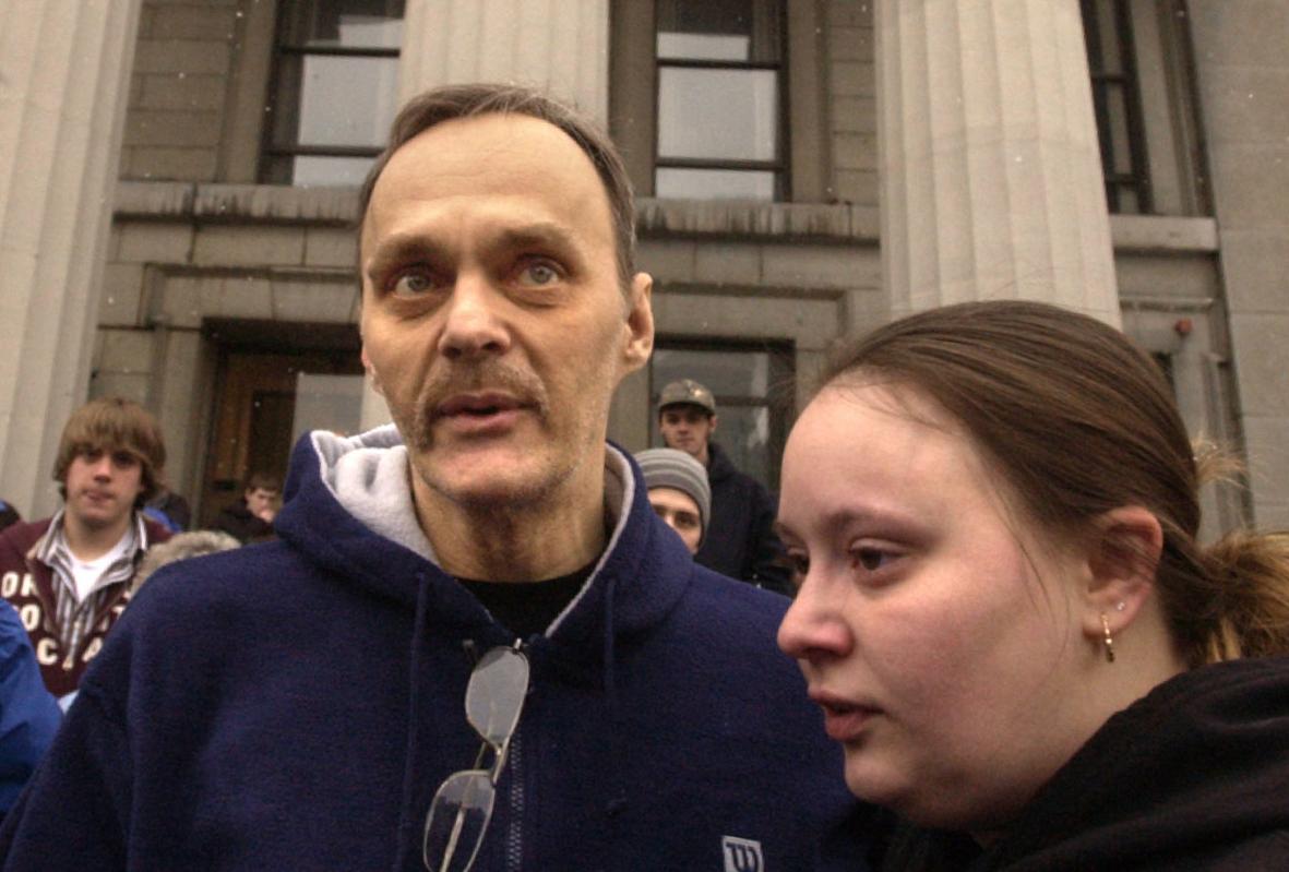 Roy Brown (trái) cùng con gái sau khi được trả tự do. Ảnh: The Citizen.