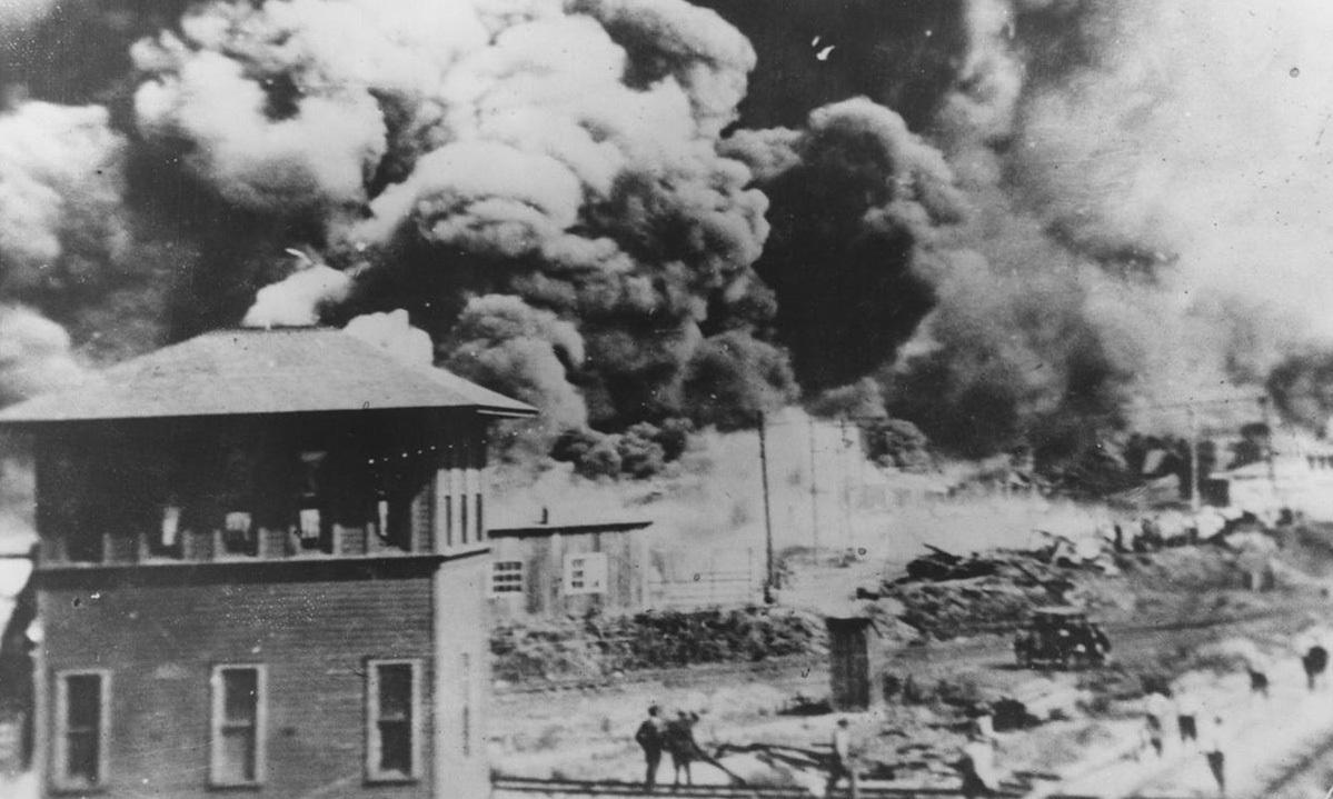 Khói bốc lên vào ngày 1/6/1921 trong cuộc tấn công người da màu tại quận Greenwood, thành phố Tulsa, bang Oklahoma, Mỹ. Ảnh: University of Tulsa.