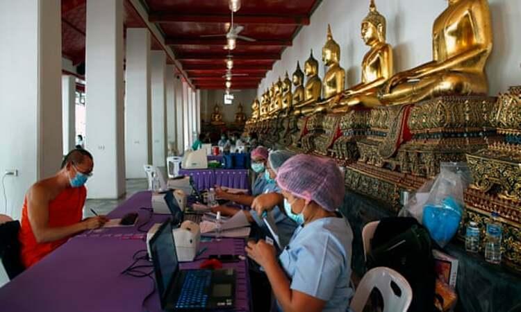 Một nhà sư Thái Lan đăng ký xét nghiệm Covid-19 tại chùa Wat Pho ở Bangkok hồi tháng 5. Ảnh: Rungroj Yongrit.