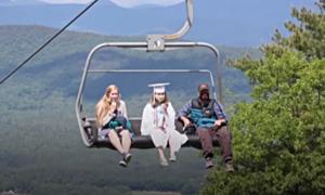 Học sinh đi cáp treo lên núi nhận bằng tốt nghiệp
