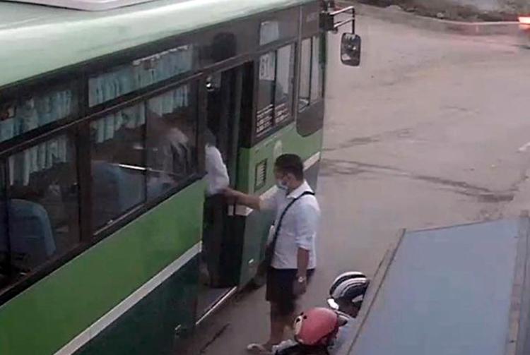 Nghi phạm đang lên xe buýt về Đức Hòa gây án. Ảnh:Trích xuất camera.