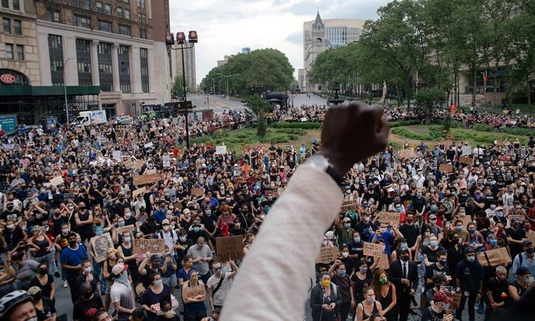 Đám đông biểu tình ở khu Brooklyn, New York, sau cái chết của George Floyd hồi tuần trước. Ảnh: NYTimes.