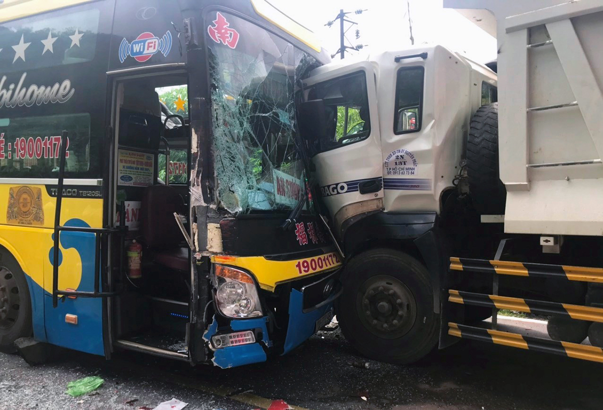 Xe khách và xe tải tông mạnh, dính vào nhau trên đèo Bảo Lộc sáng 15/6. Ảnh: Hoài Thanh