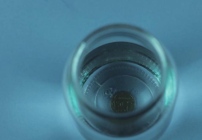 Thí nghiệm đồng tiền biến mất với chủ đề khúc xạ ánh sáng.