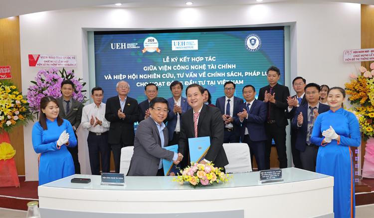 Viện trưởng Viện Công nghệ tài chính ký kết MOU tại sự kiện ra mắt 3 Viện