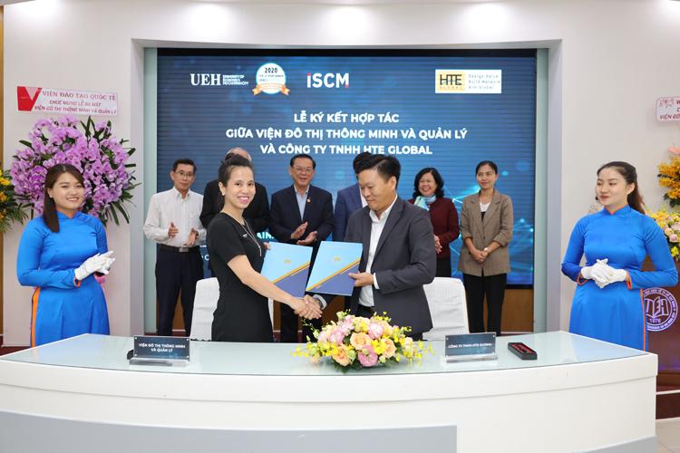 Viện trưởng Viện Đô thị thông minh và quản lý ký kết MOU tại sự kiện ra mắt 3 Viện