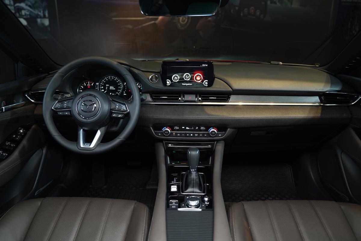 Khoang lái của Mazda6 mới.