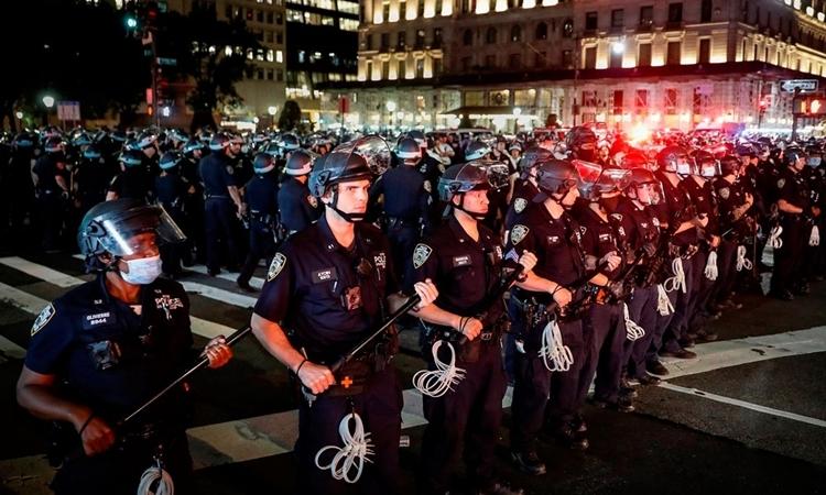 Cảnh sát được triển khai để đảm bảo lệnh giới nghiêm tại New York hồi đầu tháng này. Ảnh: AP.