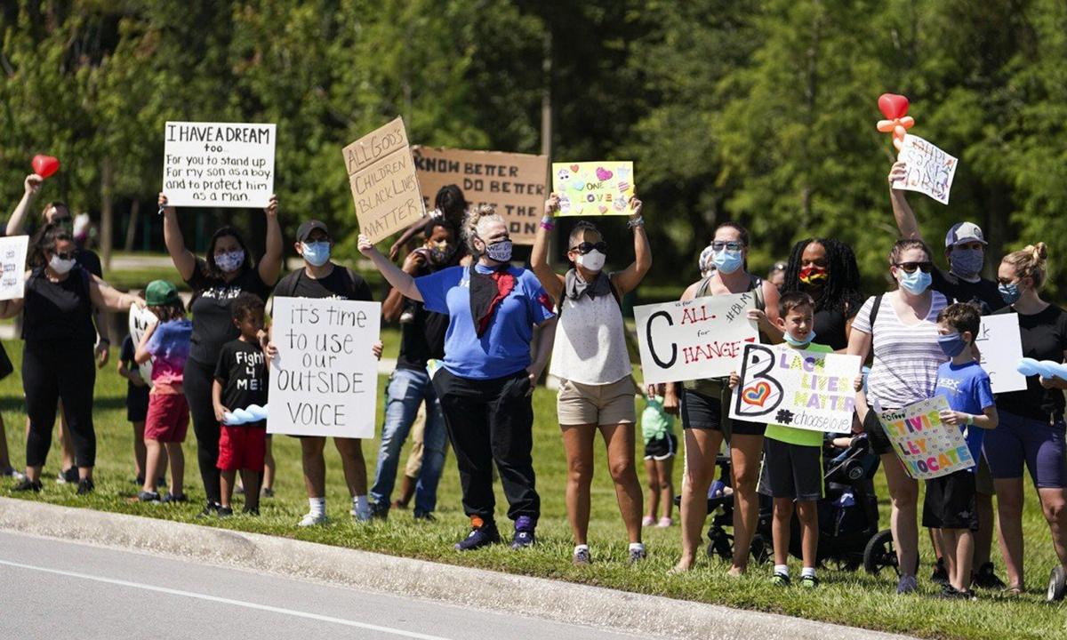 Người biểu tình chống phân biệt chủng tộc ở công viênAl Lopez, thành phố Tampa, bang Florida, cuối tuần trước. Ảnh:Tampa Bay Times.