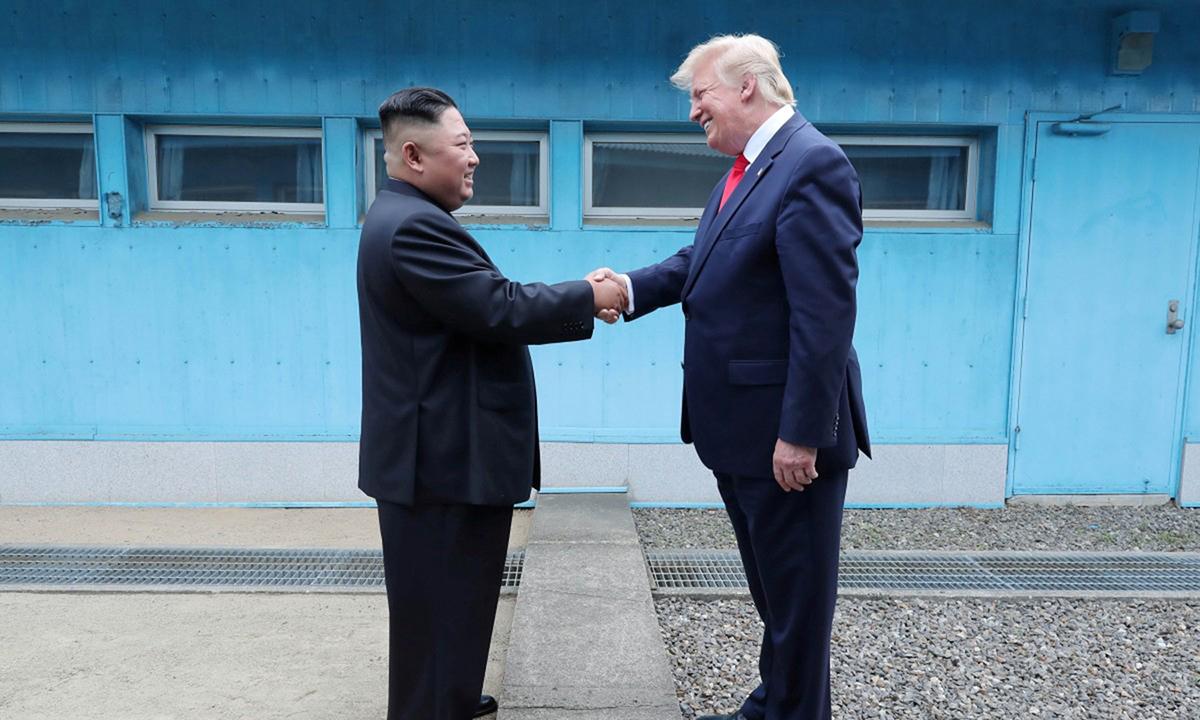 Tổng thống Donald Trump (phải) bắt tay Chủ tịch Kim Jong-un tại khu phi quân sựliên Triều (DMZ), hôm 30/6/2019. Ảnh:Reuters.
