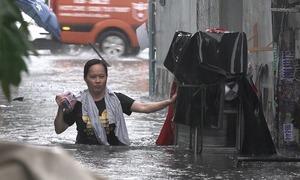 Nước ngập ngang bụng người sau mưa lớn