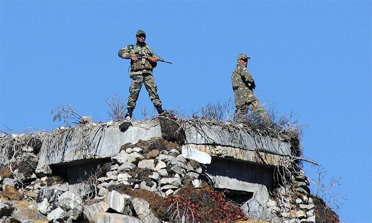 Binh sĩ Ấn Độ gác tại đèo  Bumla dọc theo biên giới với Trung Quốc, tháng 10/2012. Ảnh: AFP.